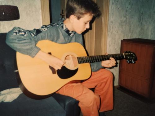Daniel Schramm spielt Gitarre in den neunziger Jahren