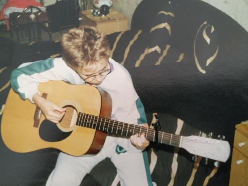 Daniel Schramm spielt Gitarre in den neunziger Jahren (2)