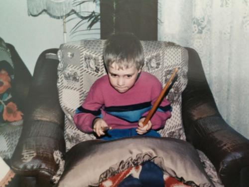 Daniel Schramm spielt auf Sofakissen Schlagzeug